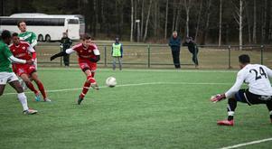 Här är Robin Bergman på väg att göra 2–0 för Härnösands FF mot Mariehem.