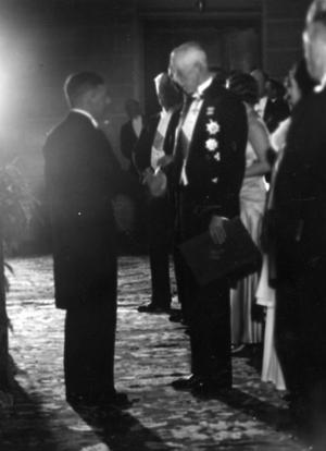 Otto Warburg tar emot priset av Gustav V, 1931.