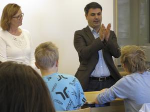Besök i verkligheten. Politikerna Margareta Israelsson och Ibrahim Baylan (S) besökte Hamreskolan i Västerås på fredagen. FOTO: ROSE-MARIE ERIKSSON