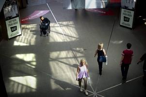 Det skulle vara av stort intresse att få veta hur personer med funktionsnedsättning upplever bemötandet inom vården, skriver artikelförfattarna.