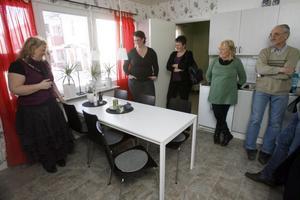 Birgitta Löjdström, Thereza Vanova, Britt-Marie Blom Lindström, Yvonne Pettersson och Alvar Magnusson i det nyrenoverade köket på Norrberget.