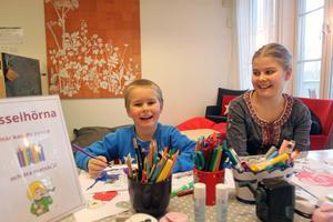 Vidar Sörlin och Emma Hagthorpe var två av många som pysslade på biblioteket i Leksand.