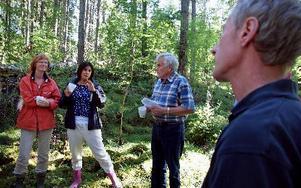 -- Vi bor ju i ett län som är väldigt beroende av basnäringen skogen, så för oss som lagstiftare är det väldigt viktigt att informera oss och se hur det är i verkligheten, säger Rosa Güclü, S. Till vänster om henne syns Ann-Britt Åsebol, M, och till hög