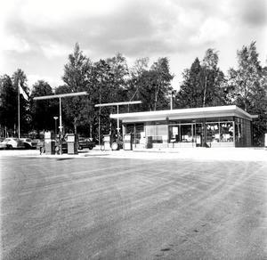 9 september 1964. Fyra bensinpumpar, två tvätthallar och en smörjhall. Och fem personal på det. Det mötte bilisterna som svängde av riksväg 60 i höjd med Guldsmedshyttan i mitten av 60-talet.