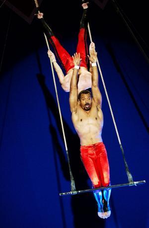 Akrobaterna Sorellas bjöd på ett våghalsigt luftnummer utan skyddsnät.