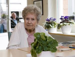 BÄTTRE HÄR. Tora Andersson trivs bäst inne med en bok. Men hon tycker om att sitta bland de andra och följer ibland med ut på en fika. Det händer även att någon som arbetar på Selggrensgården tar henne med till affären i rullstol.