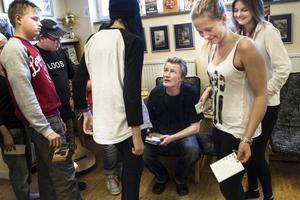 Att elever kommer fram efter samtalet och ber om autografer är ett tecken på att han har lyckats nå fram, tycker Dan Höjer.