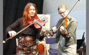 Jeanette Rousu och Hanna Lindblom  musiscerar på var sin fiol.FOTO: ERIC SALOMONSSON