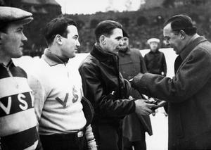 Minnesbild. En bild ur VLT:s arkvi från 1948 när VSK vann SM i bandy. VSK:arna Einar Bergström, lagledare, Henry Engströn målvakt, Bertil Thunman, back, får ta emot medlaljer av Prins Bertil.