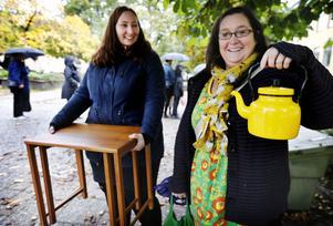 Maria Ståhl var nöjd med sitt fikabord i teak som hon givit 400 kronor för. Sandra Åkerblom Hagelberg hade fyndat en gul kaffekanna för en hundralapp.