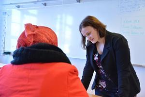 Sarah Jacobs håller lektioner för SFI-elever på Kompetenscenter.