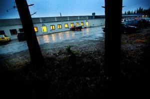 Mörkret sänkte sig på onsdagseftermiddagen över fabriken i Skanderåsen. Det blev i går klart att ACB Laminat med fabriker i Skanderåsen och Brunflo begär sig själva i konkurs. Foto: Håkan Luthman