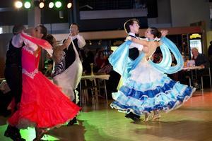 Cirka 400 dansare från 45 dansskolor i hela Sverige tävlade i Gävle.  Till höger Jonas Persson och Nike Berglund från Ackes dansskola.