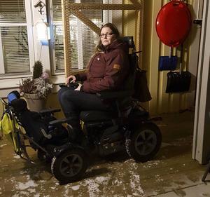 Elaine Lundgren vågar inte längre ha permobilen i förvaringsplatsen som inte är isolerad. Och hon har två kilometer till sonens dagis.    – Det blir två resor tur och retur per dag, totalt åtta kilometer, säger hon.