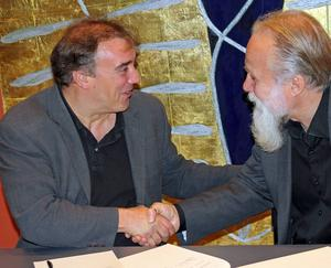 Jaime Martín och konserthuschefen Örjan Hans-Ers skakar hand på det.