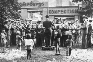 Metalls musikkår var föregångaren till Borlänge Blåsorkester och här ser vi dem vid ett framträdande på Sveatorgget under 1940-talet.