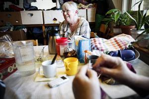 Ulla Jönsson, Röda korset:– Migrationsverket står för ett baspaket som de kan utrusta sina lägenheter med, men de behöver mer än så. En liten kastrull räcker inte så långt åt en familj på åtta personer. De handlar en hel del här på Kupan, säger hon.Foto: Susanne Kvarnlöf