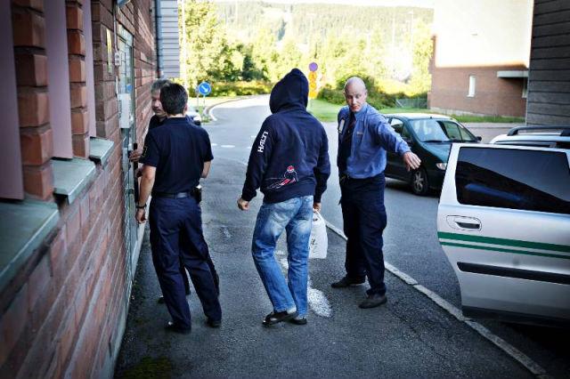 Polisman anhallen for kvinnofridskrankning