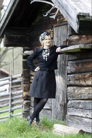 Här är Jämtlands nya folkdräkt. Skapare är Katarina Widegren från Östersund och modellen heter Anneli Andersson från Frösön.  Foto: Bengt Olsson