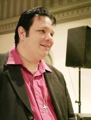 Nytt utseende. Inför Elviskonserten hade kyrkoherde Rickard Berggren färgat håret svart, och bytt frisyr.