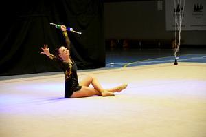Frida Persson visar upp ett nummer i rytmisk gymnastik med käglor.
