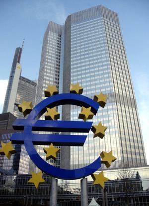 Skakig valuta. Måste euroländerna fatta gemensamma beslut om skatter och stora överföringar till fattigare länder för att euron ska kunna räddas?