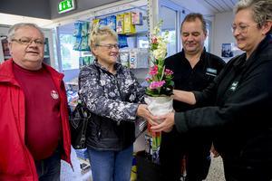 Stig och Anneli Wedin uppvaktas med en blomma av Rolan Nordin och Ella Dahlin.
