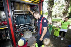 Fick ge svar. Emil Bergman fick svara på många frågor från intresserade barn om hur brandbilenfungerar.