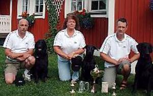 Foto: ULF GRANSTRÖM SM-vinnare med sina apportörer. Kenth Lind med Caesar, Agneta Strömwall med Nian och Bengt Andersson med Ravve var med och tog hem segern.