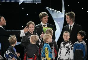Andreas Sundin och Lucas Dahl, Gasarna Speedway, tar emot priset och äran som Årets ungda ledare tillsammans med sitt lag.