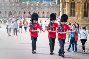 Det kungliga gardet vaktar slottet i Windsor.   Foto: Cedric Weber/Shutterstock.com