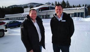 Örjan Backlund och Mattias Nordenström flyttar Moderna Försäkringars kontor från Ragunda gamla tingshus till tidigare Aktsamhuset, numera företagshotellet i Hammarstrand.