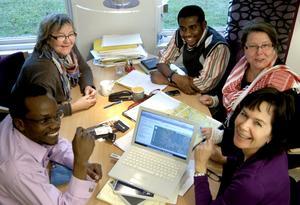 År 2010 besökte representanter från Tanzania Hällefors folkhögskola och den här bilden togs vid det tillfället. På bilden John Lawrence, Susanne Grundström, Abubakar Rehani, Gunilla Josefsson och Susanna Stark.