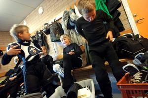 Förberedelser. Alla skydd måste hamna rätt. David Harrysson, Hampus Rönning och Calle Forsberg ser fram emot att få börja med hockeyträningen igen och tycker att sommarhockeyskolan är en bra smygstart på säsongen.