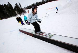 Hanna Edin glider snyggt över railen.