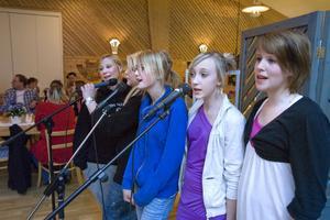 Hanna Hjelm, Lisa Fredlund, Ida Johansson, Elin Eriksson och Linn Rode Larsson underhöll publiken under karaokekvällen.