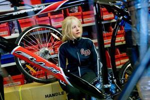 """10-åriga Elly Olsson på Frösön ska få en sprillans ny cykel. """"Den har ingen pakethållare, för det är inte coolt. Och den har bromsar fram, för nu är jag stor"""", säger hon."""
