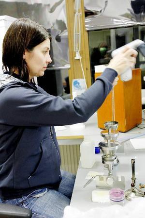 Monica Sundelin filtrerar vattenprover som hon nyss fått av kommunens miljö- och hälsoavdelning.