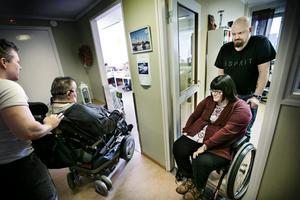 Bra assistans. För Olle Linnman och Ann-Chatrin Pettersson är beroende av sina assistenter för att kunna leva ett sjävlständigt liv. Här med Mats Pettersson och Fredrik Rydin.