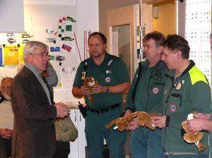 Lions president Hans Karlsson överlämnar Lions kramgoa små lejon till ambulanspersonalen. Bild: Kjell Eriksson.