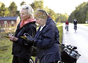 Vinstchans. En sporre är möjligheten att vinna. Lena Gustavsson och Karin Persson studerar bingonumren noga innan de trampar vidare mot mål.