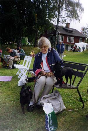 Berith Kekonius Ersson, här med två av sina tidigare hundar. Även den hund hon har i dag är av rasen schipperke.
