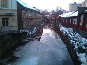 Ser att isen i Svartån börjat smälta och två änder tar sig fram emellan isflaken. Längtan till våren gör sig påmind nu !
