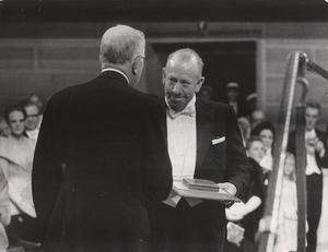 John Steinbeck  tilldelas Nobelpriset i litteratur 1962 av Gustaf VI Adolf.