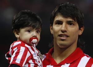 Lille Benjamin Agüero har lite att leva upp till: Hans pappa är Sergio Kun Agüero, morfar heter Diego Maradona och gudfar Leo Messi.