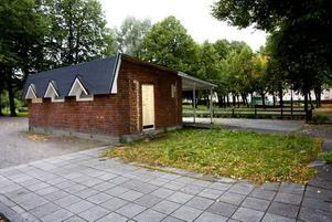 BYGGTID I VÅR. I mars i år revs den gamla Stenebergskiosken som förstördes i en brand i september 2007. Nu ska en ny kiosk byggas. .
