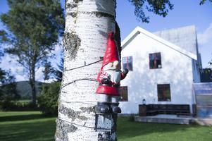 Hustomten sitter fastvirad året runt men kommer till sin rätt när lamporna tänds till jul.