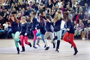 I gammal hederlig 1980-tals anda dansade StepZz med färggranna strumpor, benvärmare, hårband och våfflat hår.