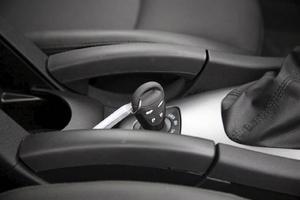 Startnyckeln mellan framstolarna ger Saab-känsla. Fast den snyggt integrerade handbromsspaken ger klämblåsor på fingrarna.
