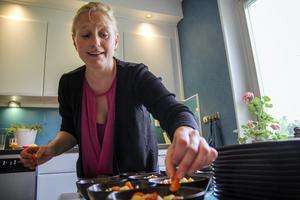 Anna-Lena Eriksson förbereder varmrätt på Abrahambäckgatan.